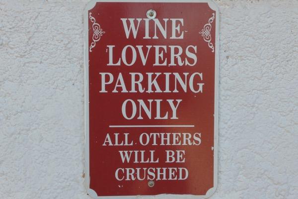 Tafel auf dem Parkplatz des Weinguts