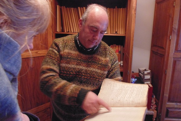 Don Alfonso zeigt uns alte Schriften aus dem Gemeindearchiv