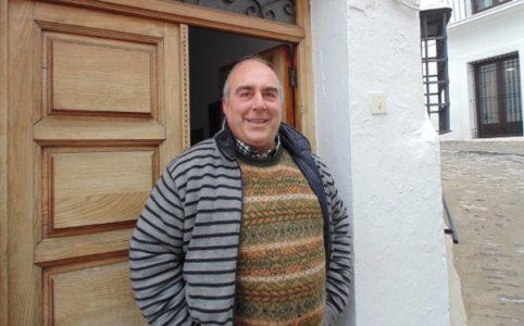 Don Alfonso vor seinem Pfarrhaus