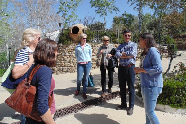 Önologon Rosa Maria, rechts, und die Gruppe mit Weintouristen