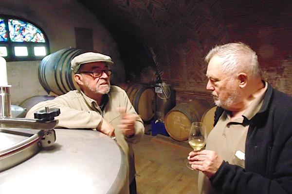 Manuel Valenzuela und ein belgischer Gast in seinem Weinkeller