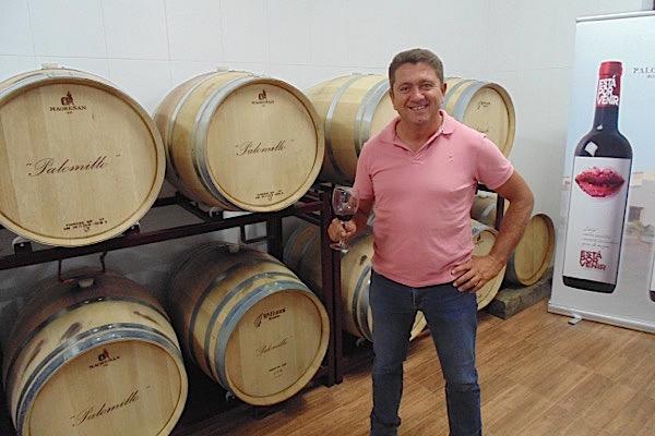 Paco García vor seinen Barriques