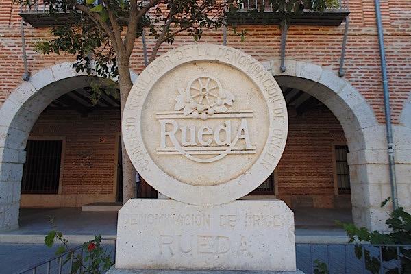 D.O. Rueda, vor Gebäude des Kontrollrats