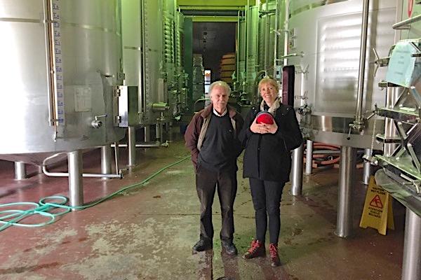 Antonio López und Emily im Weinkeller von Bodegas Fontedei
