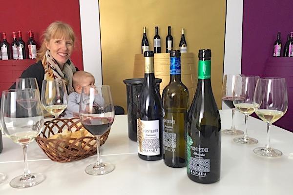Emily bei der Weinverkostung