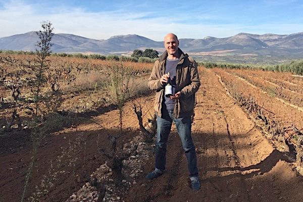 Blogger mit Garnata-Wein von Fontedei