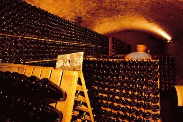 Manuelles Drehen der Flaschen am Rüttelpult