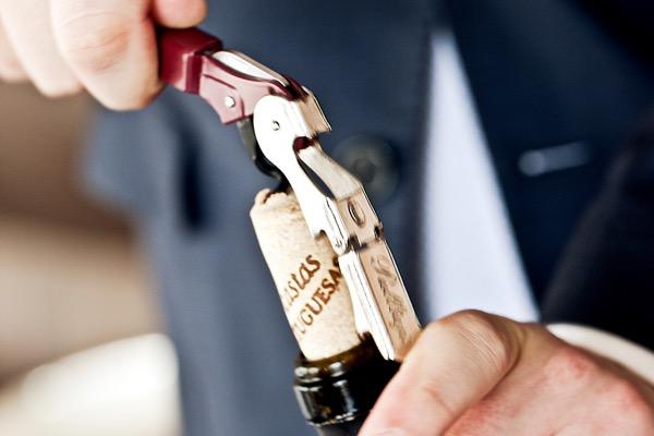 Entkorken der Weinflasche