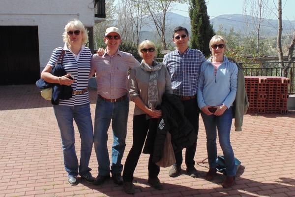 Weintourismus: Gruppe vor der Besichtigung des Weinkellers