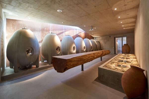 Beton-Eier und Ton-Amorphen im Weingut am Stein