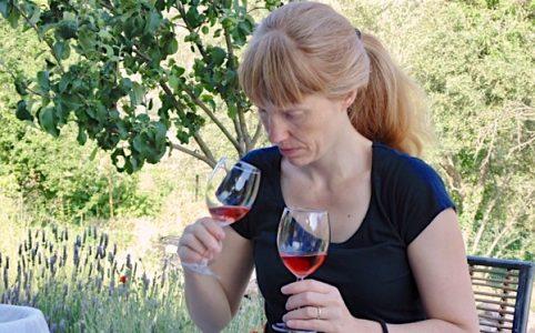 Emily mit zwei Rosé