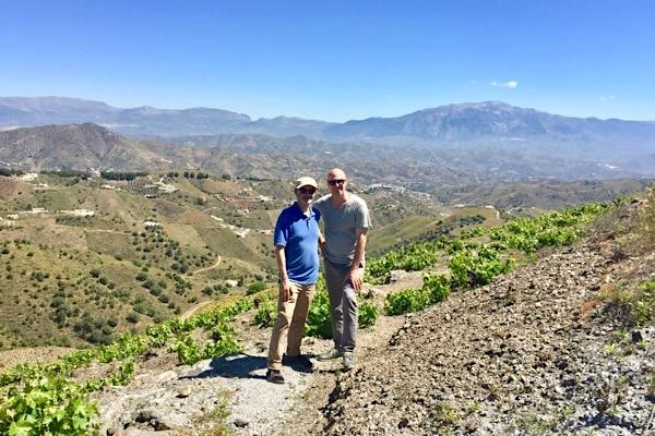 Mit Weinkumpel Peter bei Bodegas Dimobe in der Axarquia. Andalusien.