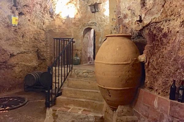 Unterirdischer Weinkeller in der Stadt Requena. Tonamphoren sind in der Region die traditionellen Gefäße zur Weinbereitung.