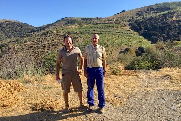 Alberto und Antonio Garcia, im Hintergrund zwei ihrer Weinberge