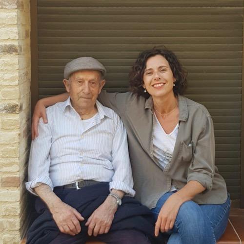Paula Yago mit ihrem Großvater Antonio.