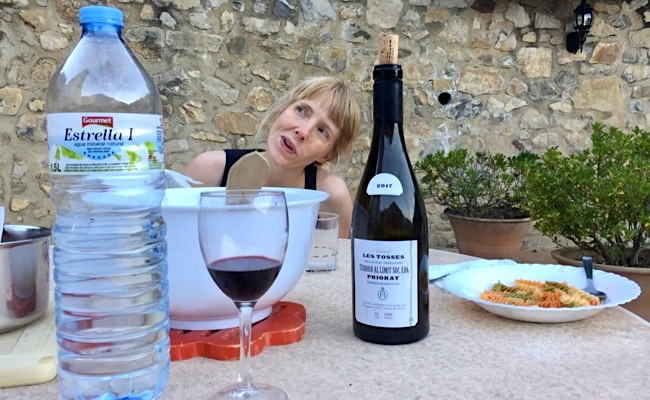 Emily mit Les Tosses 2017. Unser Rotwein des Jahres.