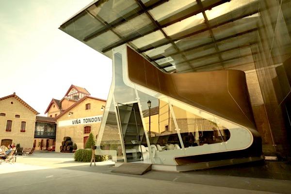 2002 wurde die Boutique der Architektin Zaha Hadid eingeweiht. Im Innern enthält der Besucherpavillon einen Verkaufsstand von 1910