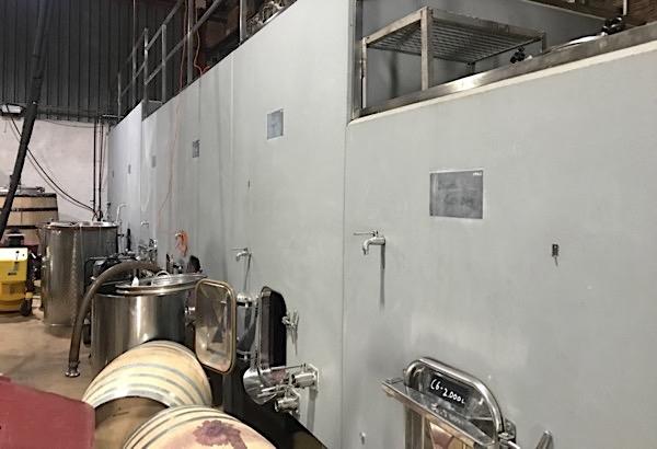 Betontanks im Weinkeller
