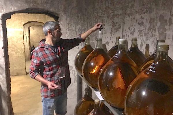 Adria Pérez entnimmt Proben aus Ballonflaschen